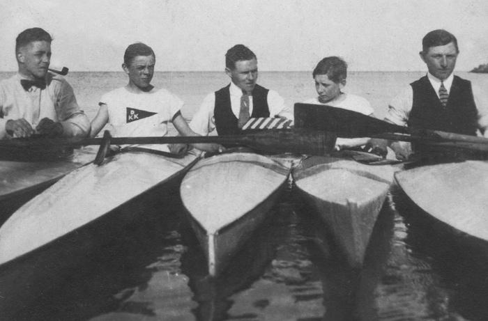 Med slips eller butterfly og eventuelt pibe er nogle af Danmarks første kajakroere på vandet ved Dragør.