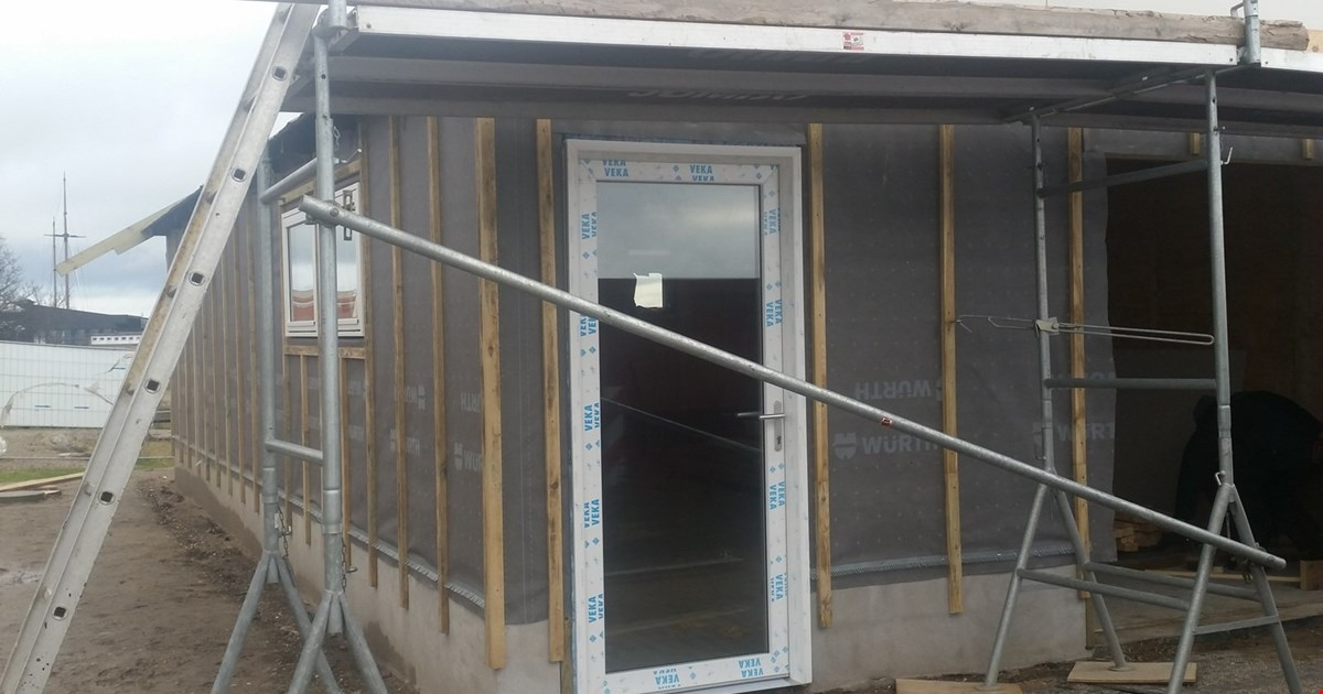 Så er vinduer og to døre på plads