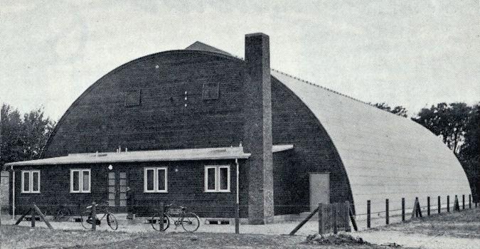 Aalborg Tennisklub indviede 1935 sin tøndeformede hal ved Annebergvej, og det vakte stor opmærksomhed, da det var den første klub i provinsen, der byggede egen hal