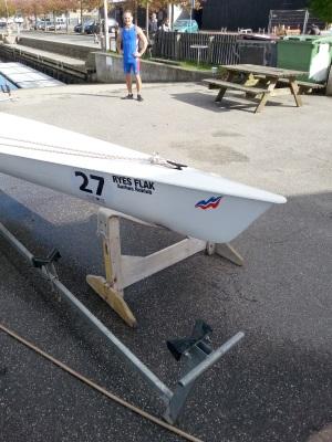 B  1Cx løft i agterstavn og drej båden om på siden, liggende i bukken - tøm båden for vand - gentages efter behov. Agterstavn løftes så højt at riggen/svirvlen ikke rammer underlaget.